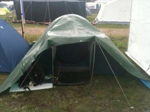 Zelt unter Plane - irgendwie kuschelig ;-)